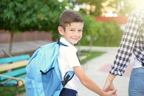 Madre acompañando a su hijo en la vuelta al colegio.