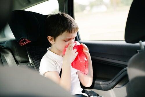 Llevar una bolsa de plástico en el coche puede ayudarnos en caso de mareos