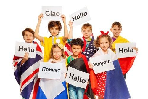 Niños con banderas y carteles en otros idiomas.