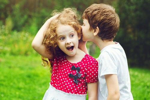Es necesario enseñarles a comunicarse de manera positiva con otros niños.