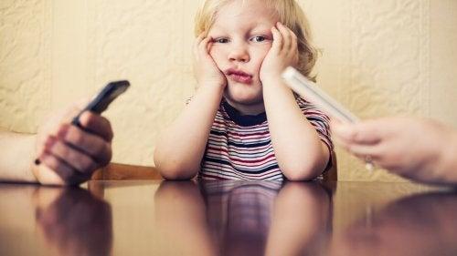 Tu adicción al móvil hace daño a tu hijo
