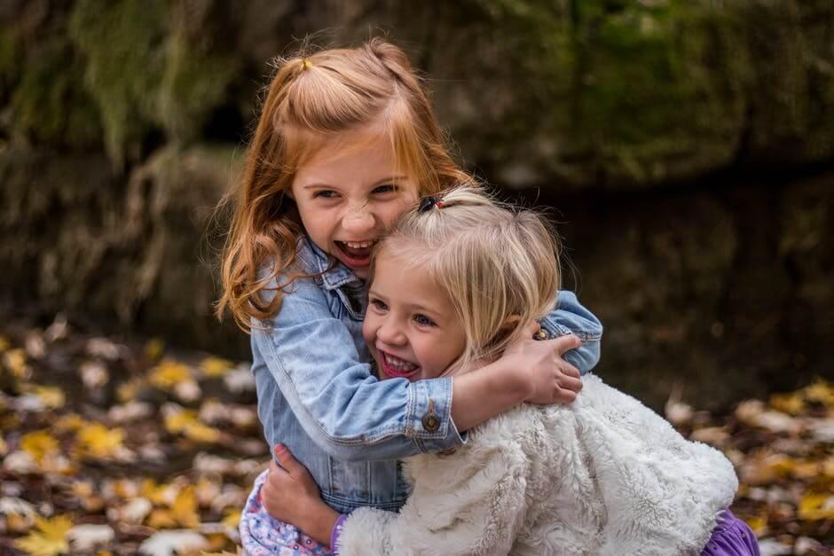 Ninas abrazadas sonriendo