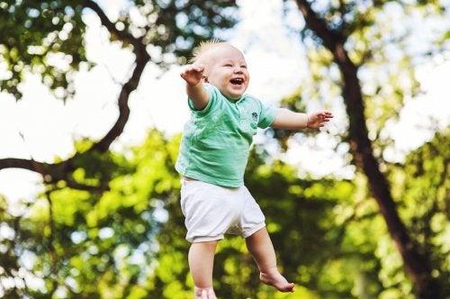 Nino pequeno saltando feliz