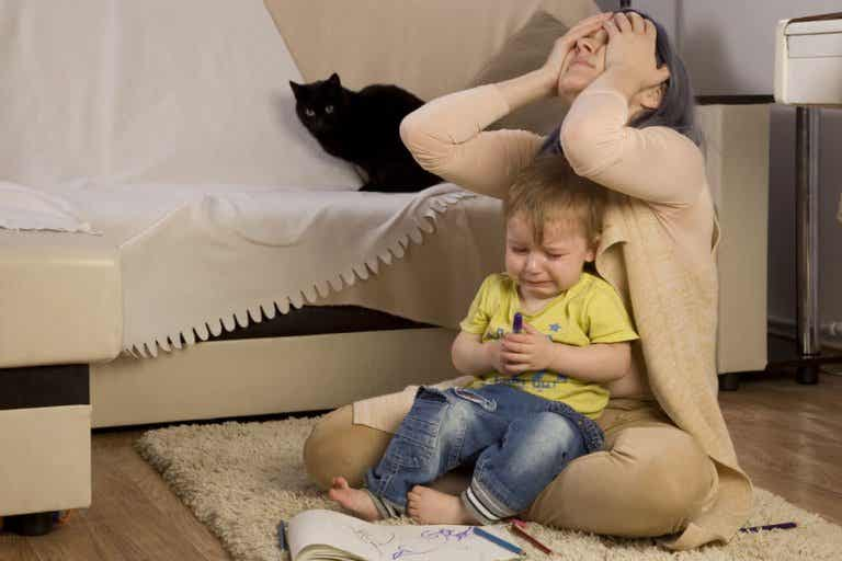 ¿Por qué algunos niños se portan mal cuando está mamá?