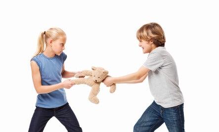 Hermanastros que conviven en una misma casa. ¿Cómo hacer que se lleven bien?