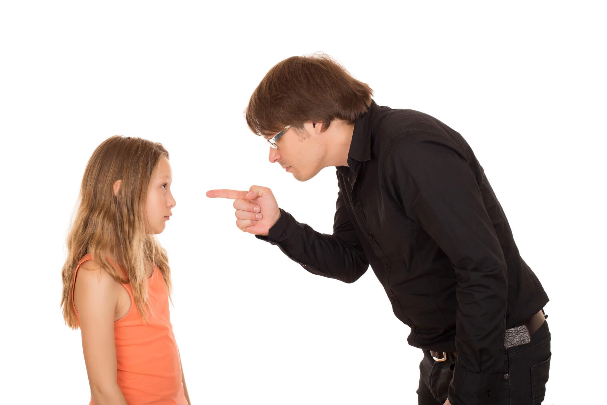 pai bravo apontando o dedo para a filha; pai repreendendo sua filha
