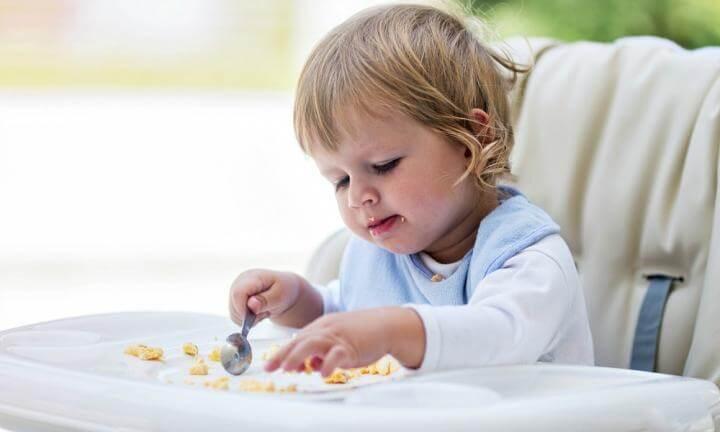 MI hijo come poco y juega con la comida
