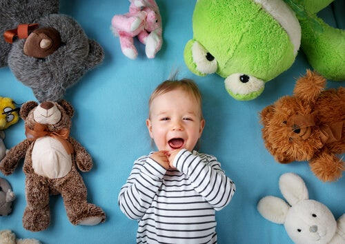 Los bebés y los peluches: lo que hay que saber