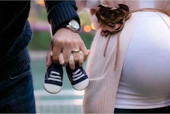 Cómo ha afectado la evolución del cuerpo en el parto