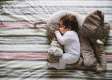 Bebé durmiendo sobre un peluche