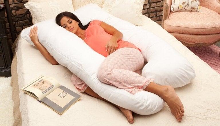 mãe dormindo com uma almofada para grávidas