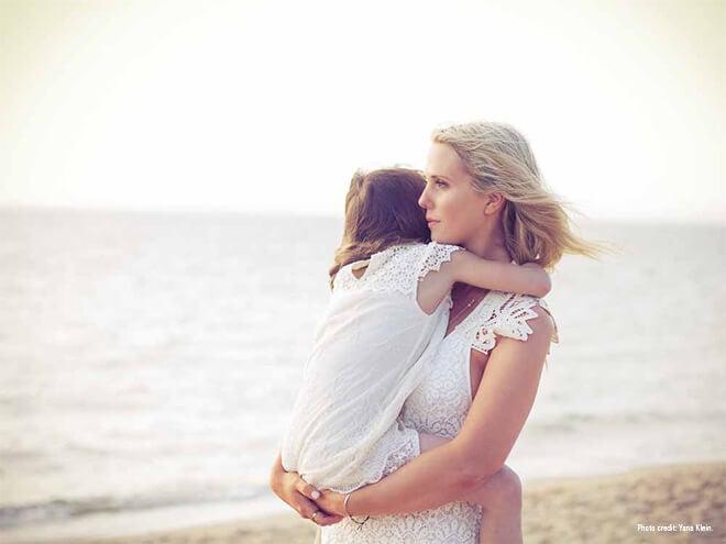 El abrazo de una madre no sólo es físico