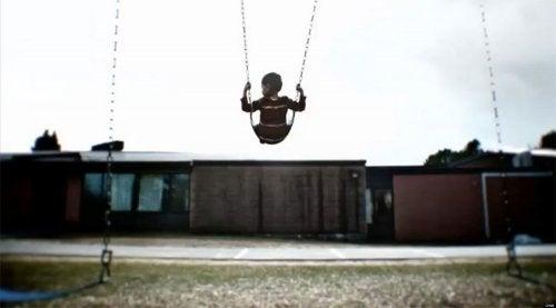 La ausencia de los padres a los niños puede generarles graves problemas emocionales.