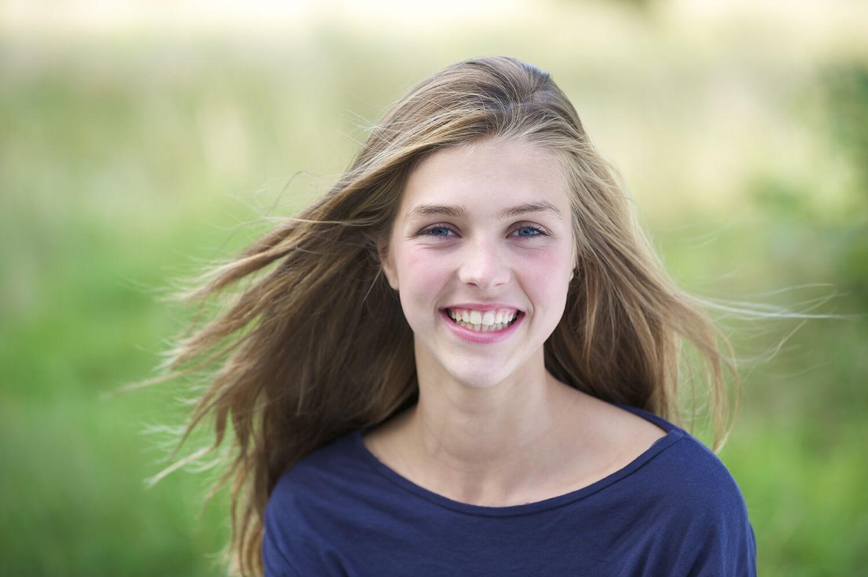 Une adolescente qui sourit.
