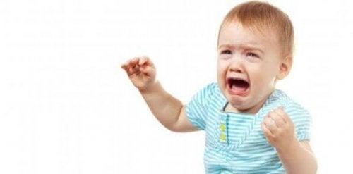 Avec le temps, le bébé arrêtera de pleurer si les parents prennent de temps de lui dire au revoir avant de partir.