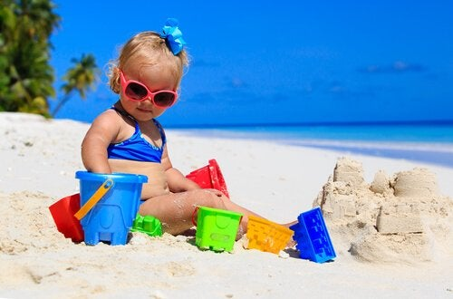 Bebé en la playa por primera vez