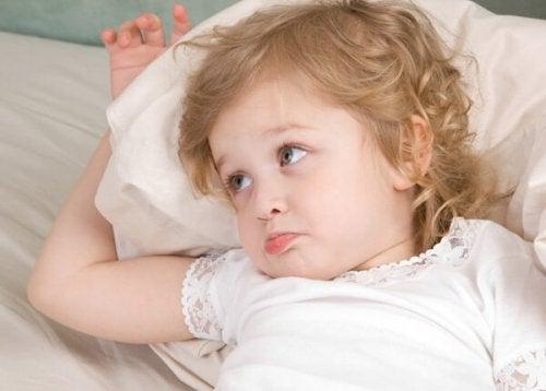 ¿Por qué los niños piden agua al irse a la cama?