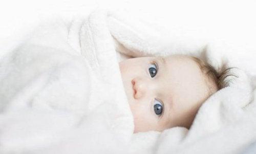 Los bebés recién nacidos suelen requerir una prenda más que sus padres en invierno.
