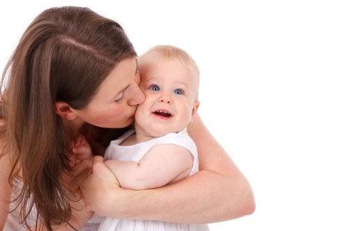 Madre con su bebé llevando a cabo un destete nocturno respetuoso.