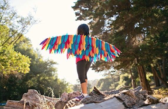 Nino de espaldas disfrazado de pajaro