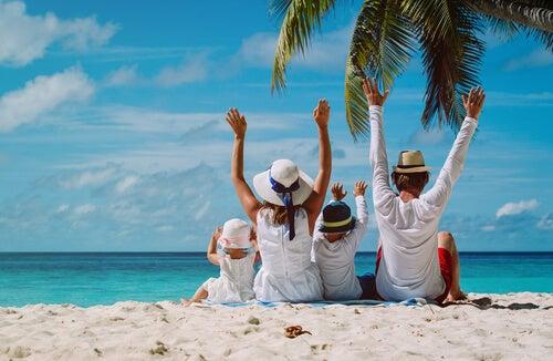 Padres con sus hijos en la playa disfrutando de las vacaciones