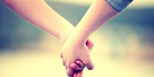 El desarrollo del apego emocional en niños adoptados