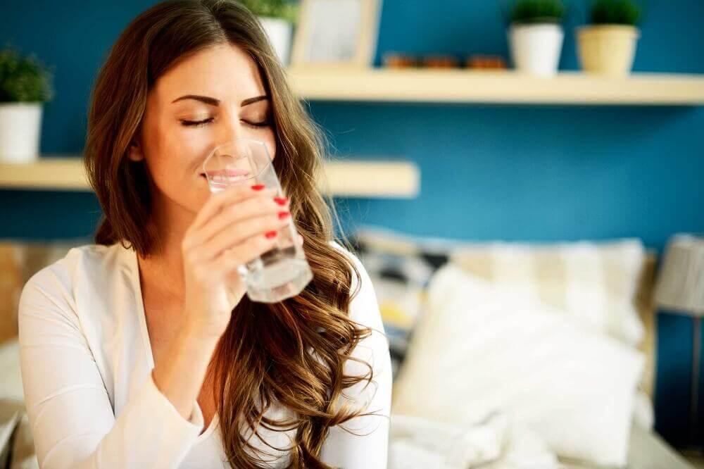 Mantenerse hidratada es fundamental para estar saludable.