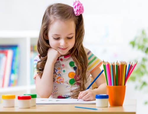 El porcentaje de niños zurdos es más bajo que el de niños diestros.