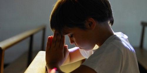 Nino rezando en la iglesia
