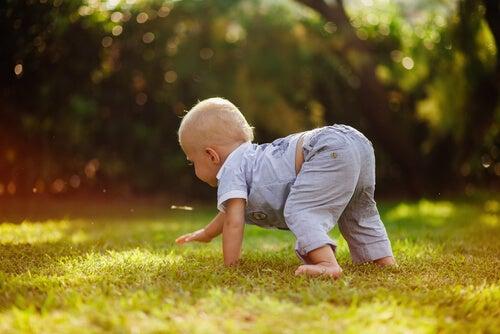Jugar al aire libre hará a tu hijo amar la naturaleza.