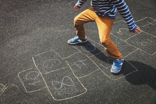 La rayuela es un entretenido juego para niños