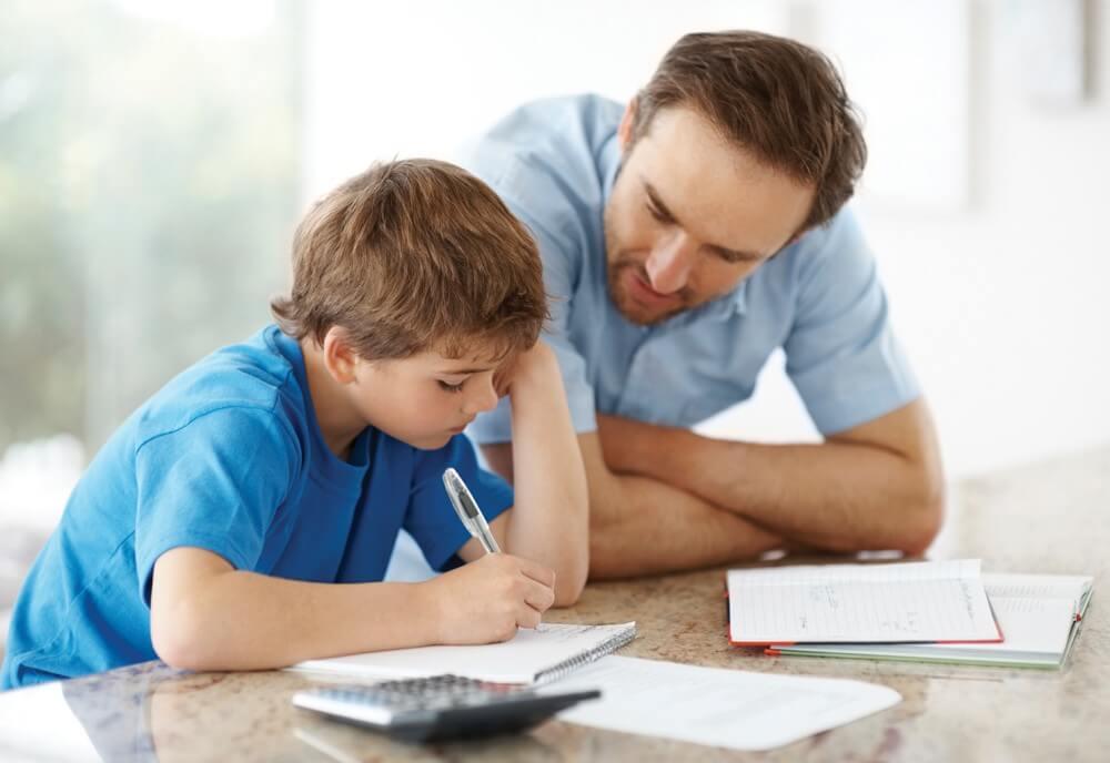 Padre ayudando a estudiar a su hijo
