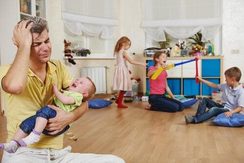 Padre soltero con mucho estrés por sus hijos.