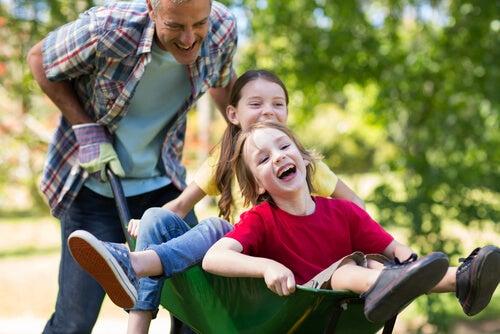 Los niños disfrutan cuando los padres dedican su tiempo a jugar con ellos