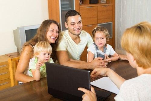 Padres felicitando a la profesora por su buena labor docente y estando muy en contacto con el tutor de sus hijos.