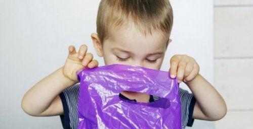 El peligro de las bolsas de plástico para los niños