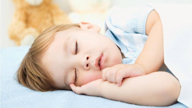 Nino durmiendo con camiseta azul