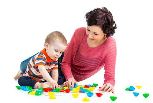Madre e hijo jugando con piezas de colores