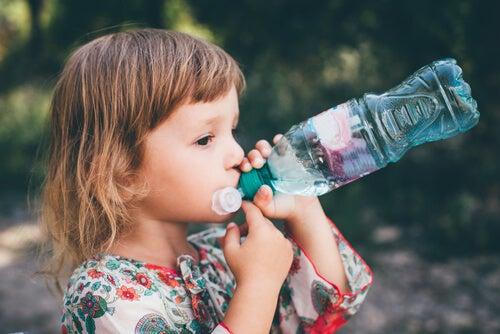 Es importante vigilar que tomen agua nuestros hijos con frecuencia