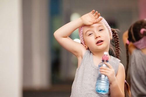 El agua debe ingerirse durante y después del ejercicio