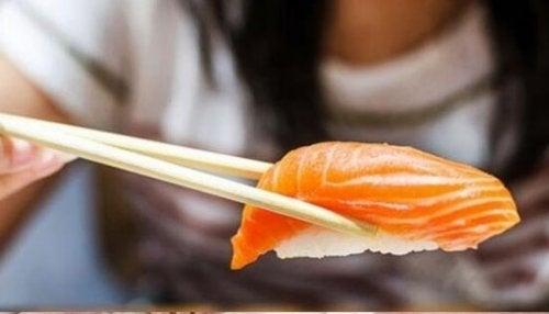 El sushi es otro peligro en lo que hace a toxoplasmosis y alimentos prohibidos en el embarazo.
