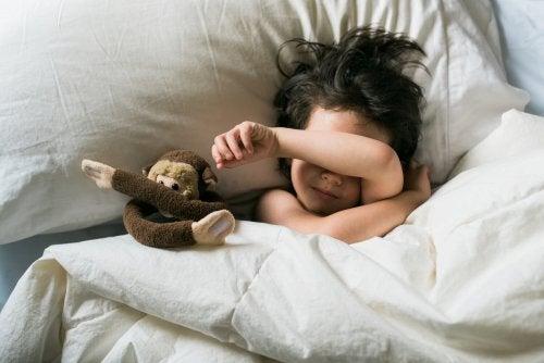 Las pesadillas en los niños son frecuentes y pueden tener diversos orígenes.