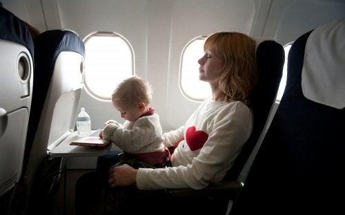 Cómo cuidar a un bebé recién nacido cuando vas de viaje