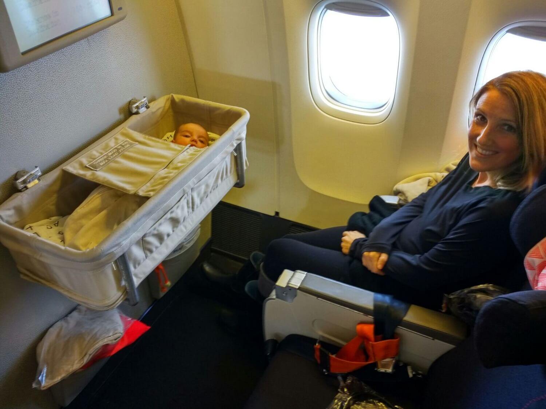 Madre e hijo viajando en avión.