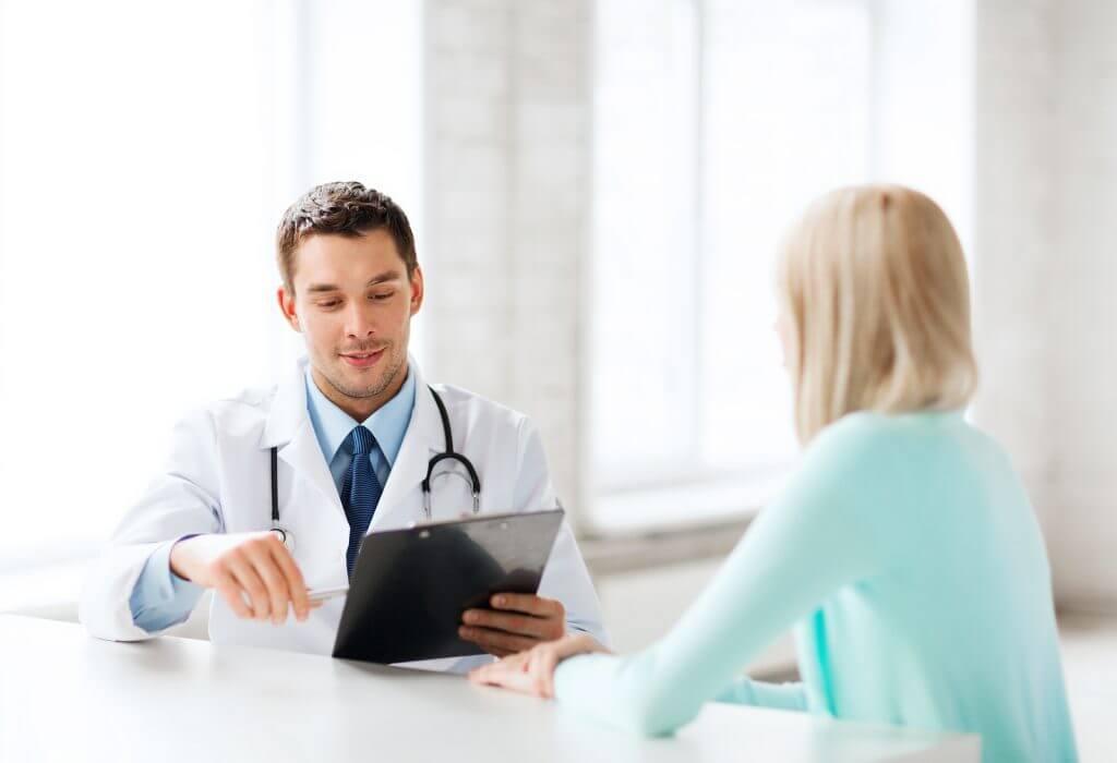 Ginecologo hablando con su paciente
