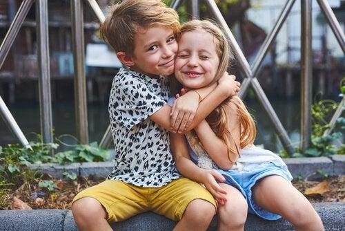 Hermanos con una buena relación dándose un abrazo.