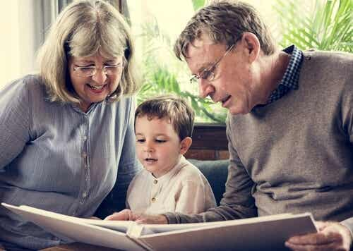 """Los abuelos no solo educan a los nietos, los """"abuelan"""""""
