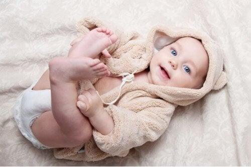El desarrollo físico del bebé es un proceso en el que él mismo se va auto conociendo.