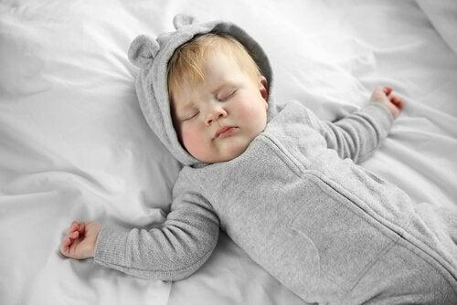 ¿Por qué el bebé no debe usar almohada?