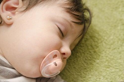 Los chupetes no son necesarios al preparar la canastilla del bebé, ya que recién lo usará en unas semanas o meses.